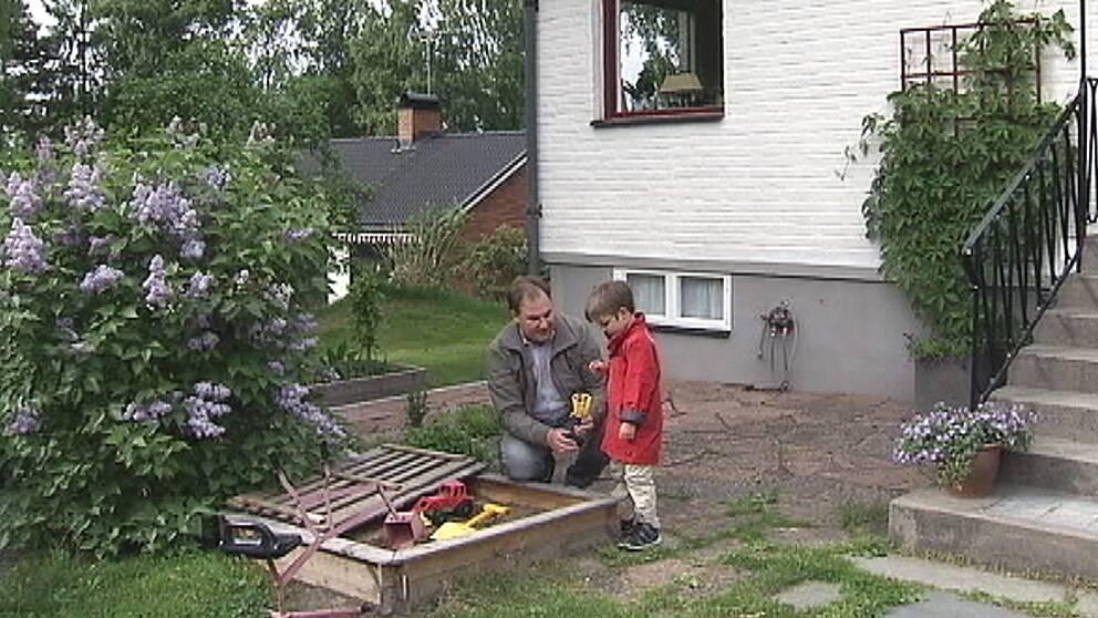 Erik, 5 år, med sin pappa Rober Danielsson.