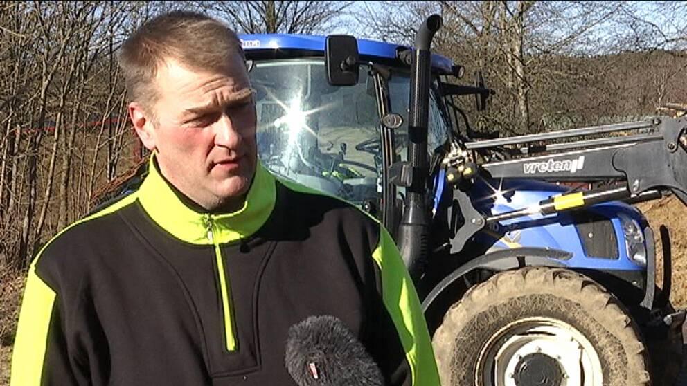 Kjell Eklund i Ölmstad stoppade inbrottstjuvarna genom att parkera sin traktor över vägen.