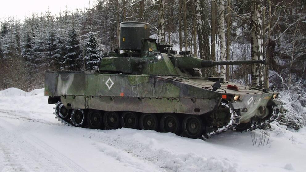 Ett svensk Strf 9040 LVKV – Luftvärnskanonvagn. Photo taken by BS from P18 in 2005. Free to use, Wikimedia.