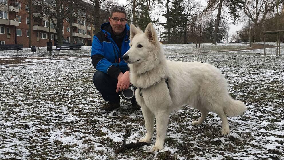 Hundägaren Patrik Skog med sin herdehund