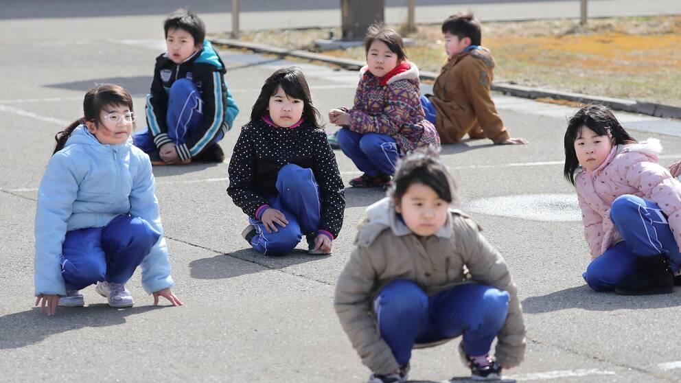 Japanska skolbarn i Oga hukar på gatan under Japans första missilövning någonsin, där civilpersoner övade ett scenario där Nordkorea avfyrar en missil mot landet