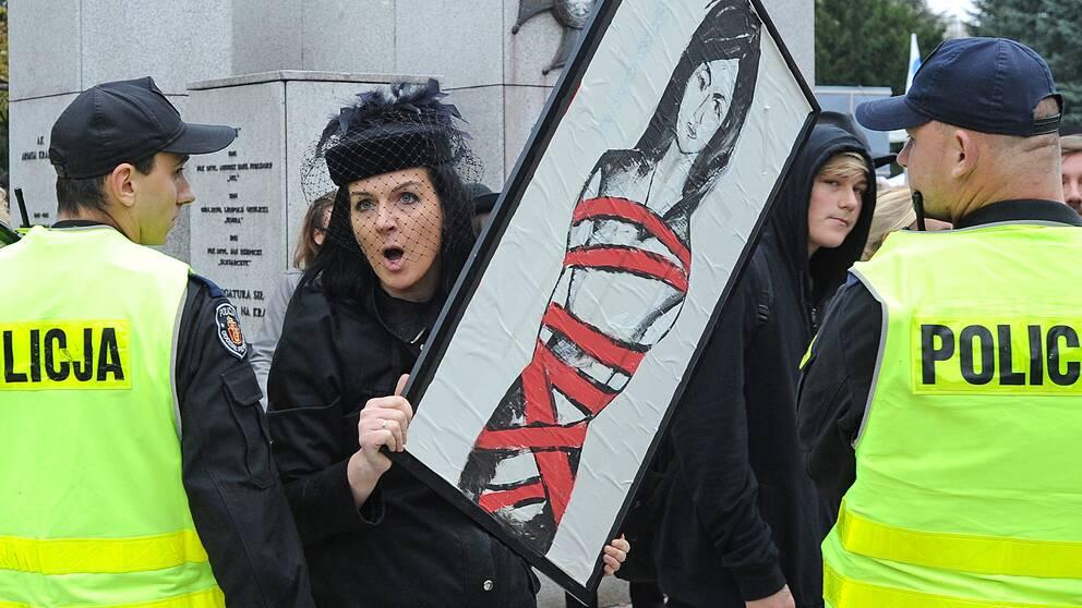 En abortförespråkare i Polen protesterar mot de föreslagna striktare abortlagarna.