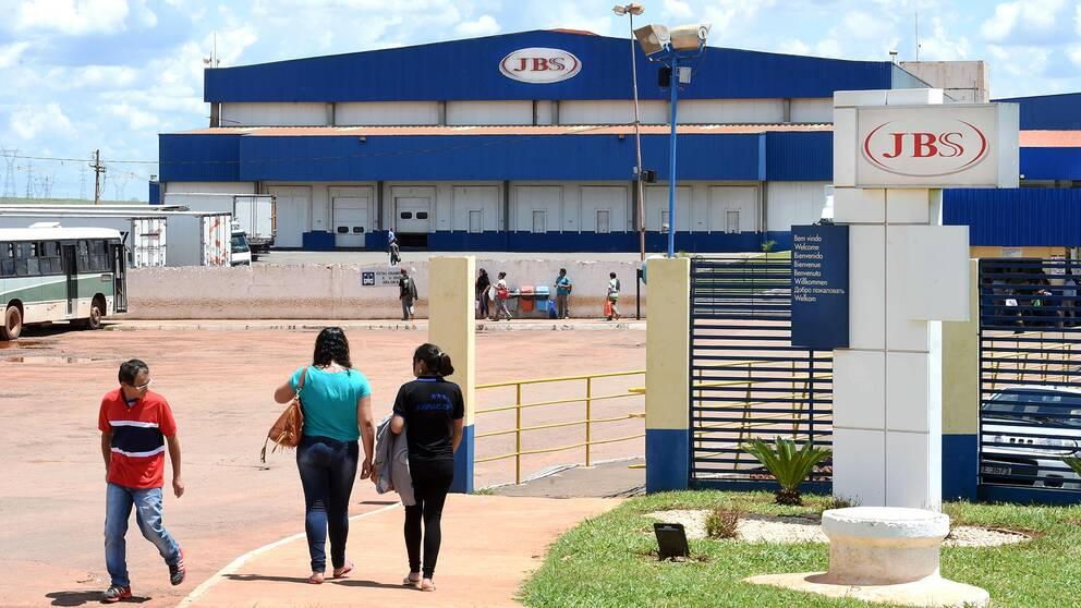 JBS är störst i världen inom processat och packat nötkött – företaget arbetar även med kyckling, som i den här fabriken i Samambaia, nära huvudstaden Brasilia.