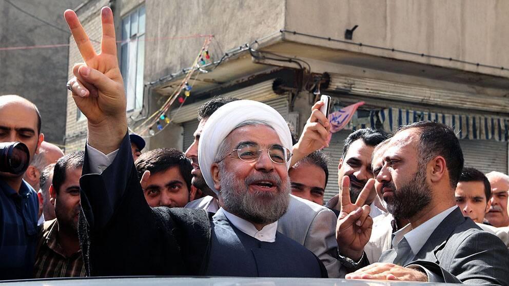 Hassan Rohani gör segertecken.