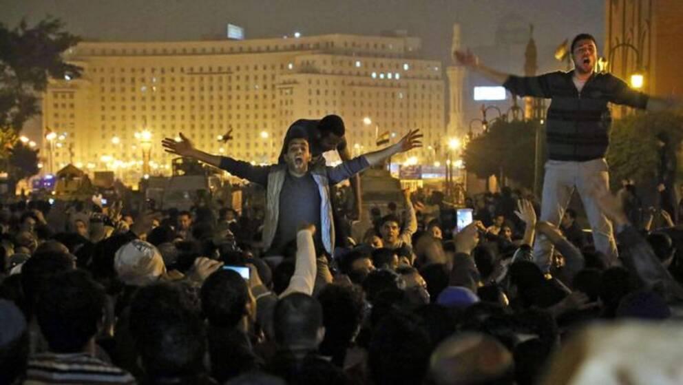 Folkmassa protesterar i Kairo.