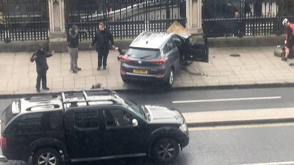 Bilden från en övervakningskamera visar bilen som kraschade mot en grind vid parlamentsbyggnaden.