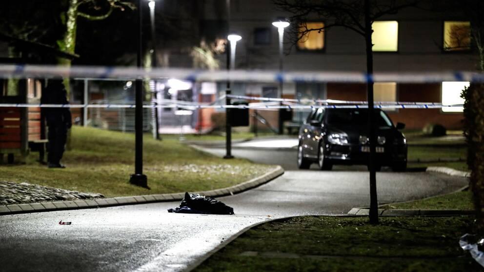 En knivskars till döds på Hässleholmen i Borås. Två andra knivskars svårt.