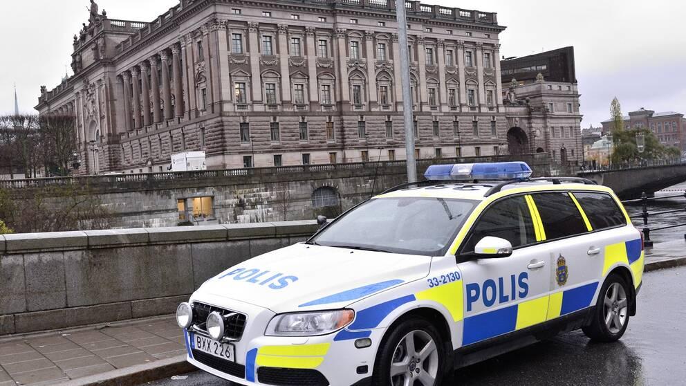 Polisbil utanför riksdagen.