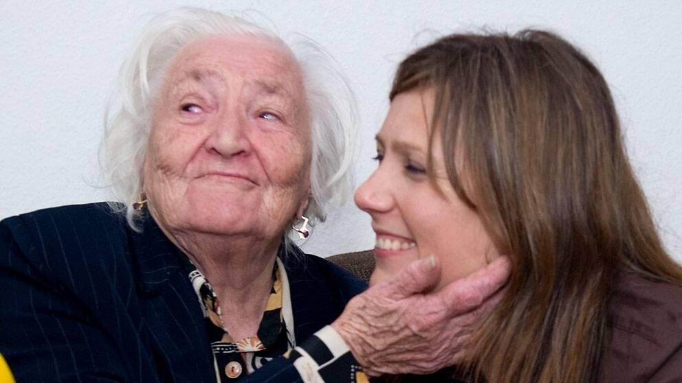 91-åriga Ganna Chyzevska och barnbarnet Anna.