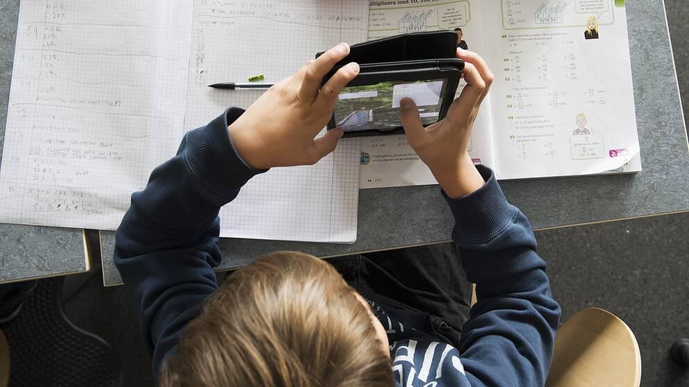 Digital matteundervisning hos klass 7e på Mälarhöjdens skola där eleverna räknar med hjälp av appar och digitala spel på ipads och smarta telefoner. Datortillgången i den svenska skolan är utmärkt. Betydligt sämre är de svenska elevernas IT-kunskaper. I ännu ett Pisa-test, denna gången digitalt, hamnar Sverige långt efter toppnationerna. Foto: Fredrik Sandberg / TT / Kod 10080