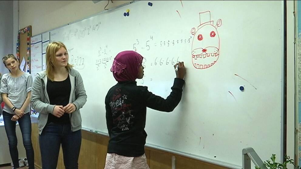 Elever lär ut matematik till andra elever.