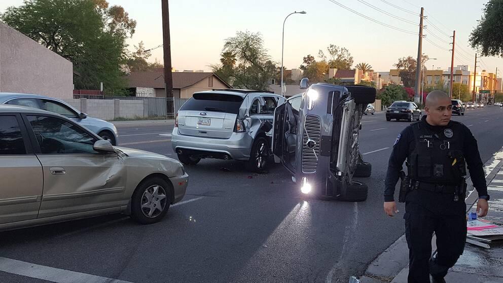 Ubers självkörande Volvo voltade och hamnade på sidan i en krasch i Arizona.