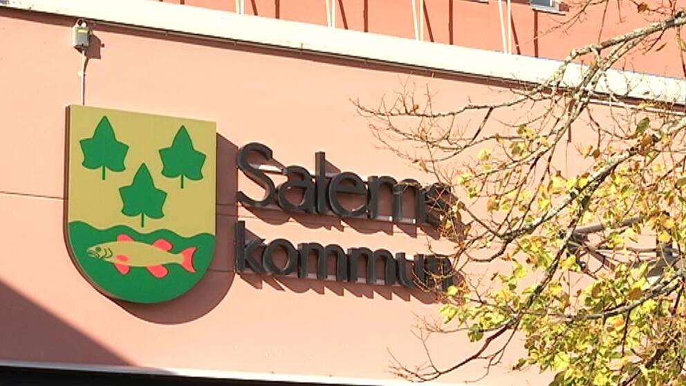 En förvaltningschef i Salems kommun har köpt in tjänster från ett företag där hon är verksam.