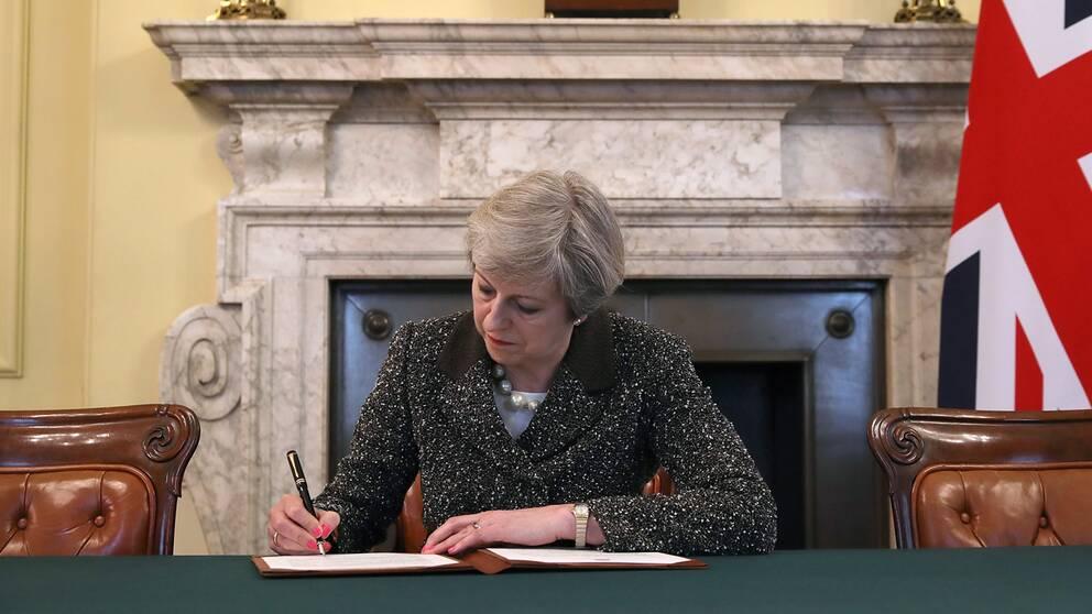 Theresa May skriver under brexitansökan