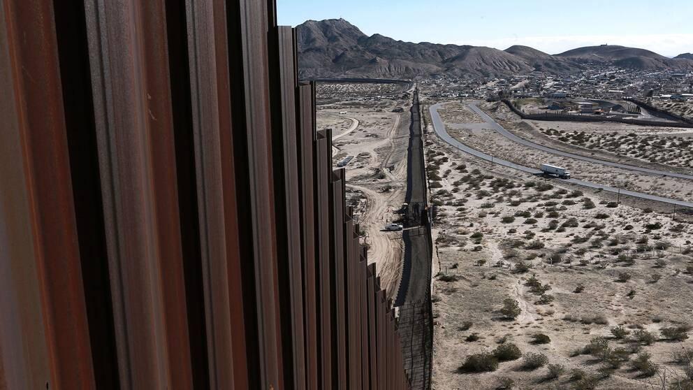 En del av gränsen mellan länderna går här mellan städerna Anapra i Mexiko och Sunland Park, i USA.