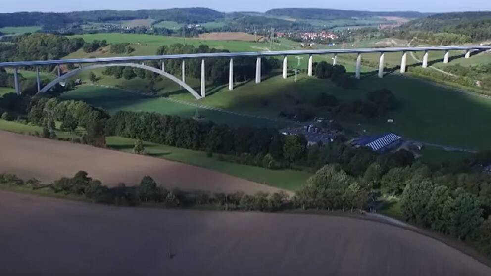 Inspiration till den här typen av tågbanor – höghastighetsbanor på broar – har Per Corshammar och Bo Larsson hämtat från Asien, där järnvägar ofta byggs på det viset.