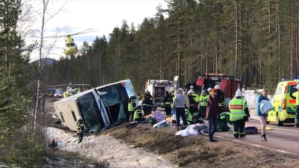 Olyckplats. Vält buss och räddningstjänst.