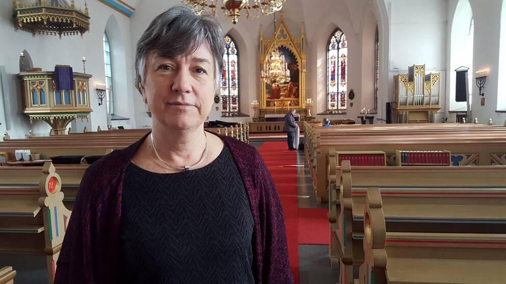 Prästen Katarina Hellgren är på plats i kyrkan i Kinna för att stötta, prata, eller bara ge en kram.