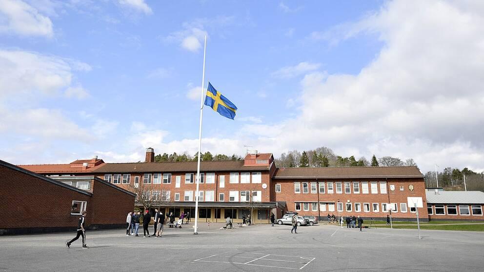 Flaggan på halv stång utanför Ängskolan i Skene på söndagen.