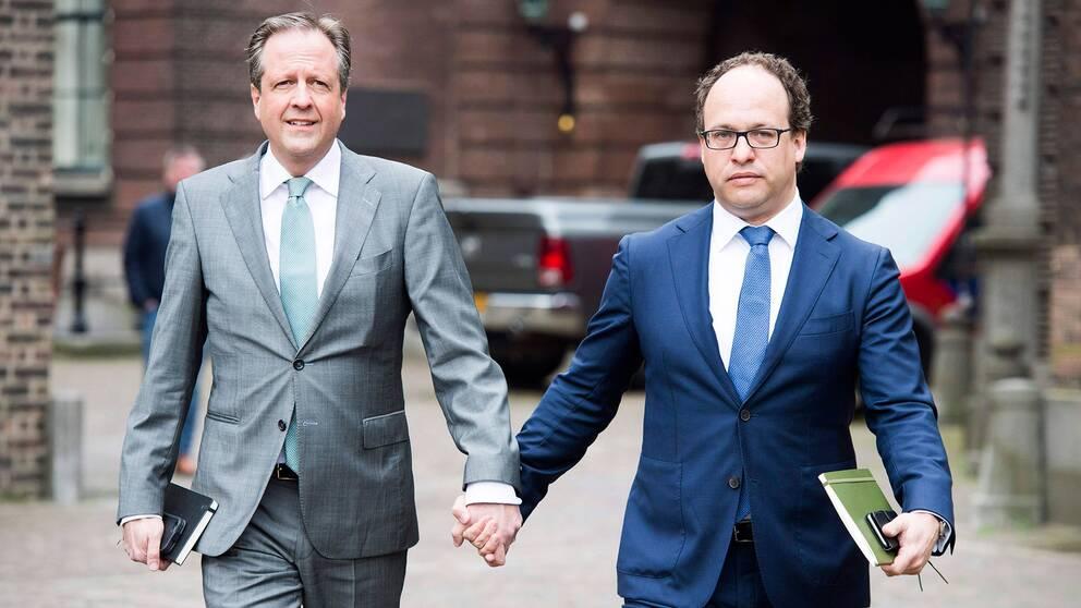 Alexander Pechtold och Wouter Kolmees, partiledare och toppolitiker i det nederländska partiet Democrats 66 går hand i hand i solidaritet.