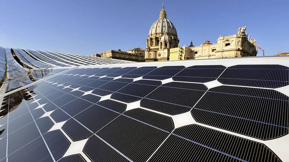 Solpaneler på taket till en byggnad i Vatikanstaten i Italien.