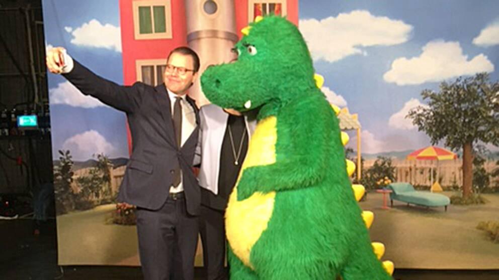 Prins Daniel passade på att ta en selfie med Bolibompadraken.