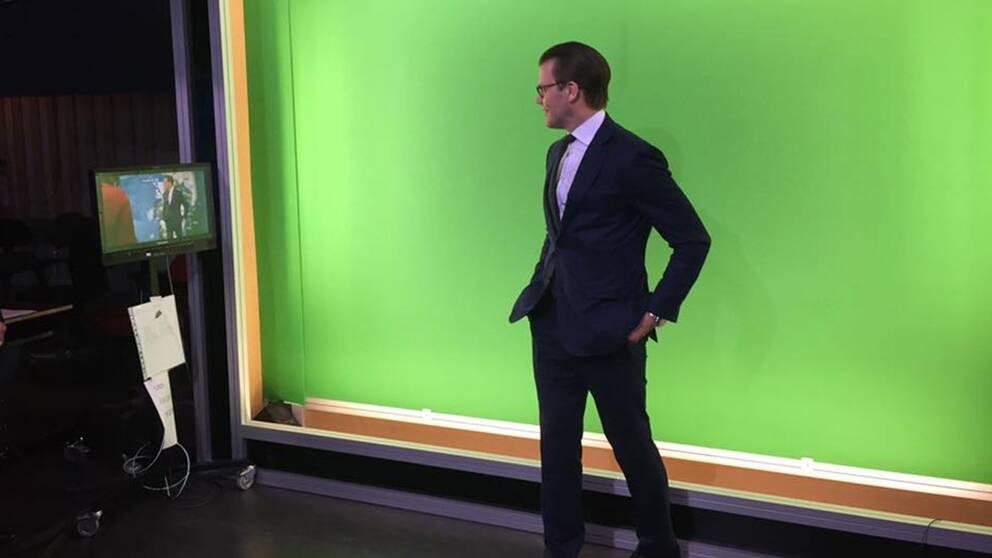 Prins Daniel framför den green screen som meteorologerna använder när de läser upp vädret.