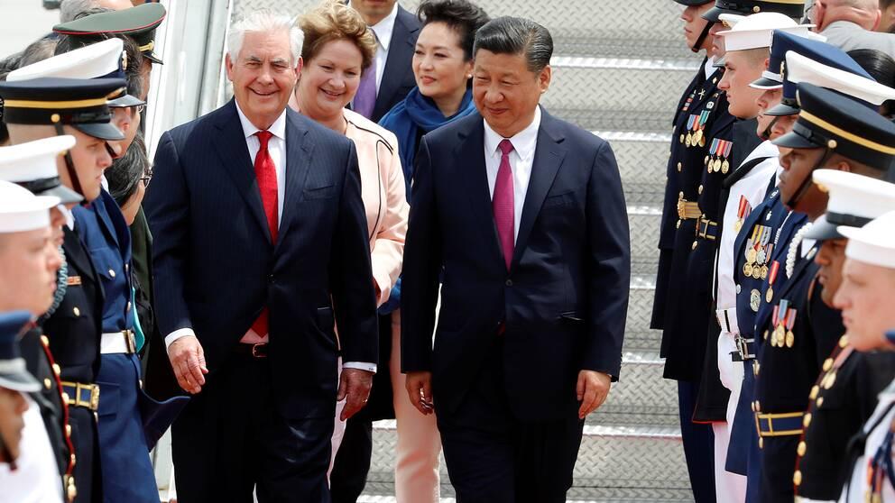 USA:s utrikesminister Rex Tillerson bredvid Kinas president Xi Jinping vid ankomsten i Palm Beach, Florida.