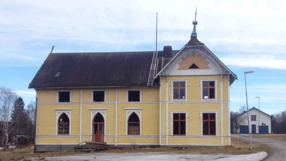 Det götiska huset i Bollstabruk. Huset är byggt i nygotisk stil, med fina ornament på taket och fönstrena. Man ser att huset har förstört av någon.