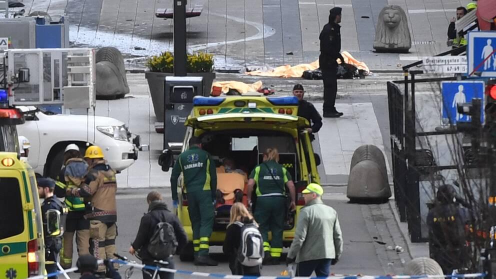 En skadad person lastas in i en ambulans på Drottninggatan.