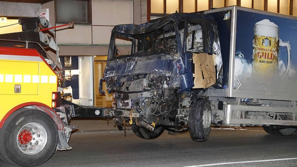 Lastbilen bärgas bort från brottsplatsen natten till lördagen.