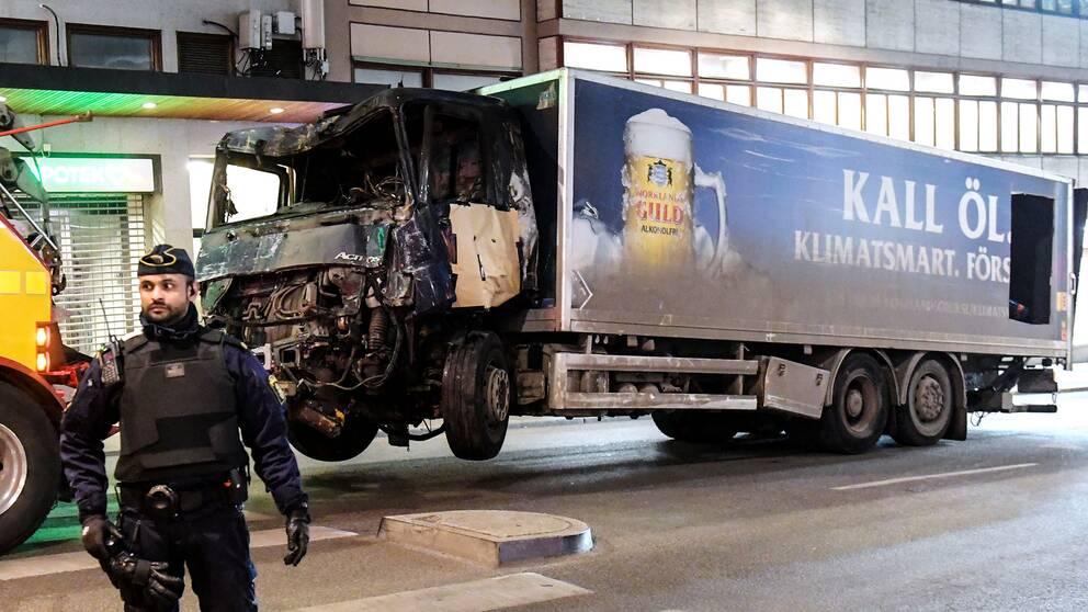 Bild på lastbilen som fraktas bort.