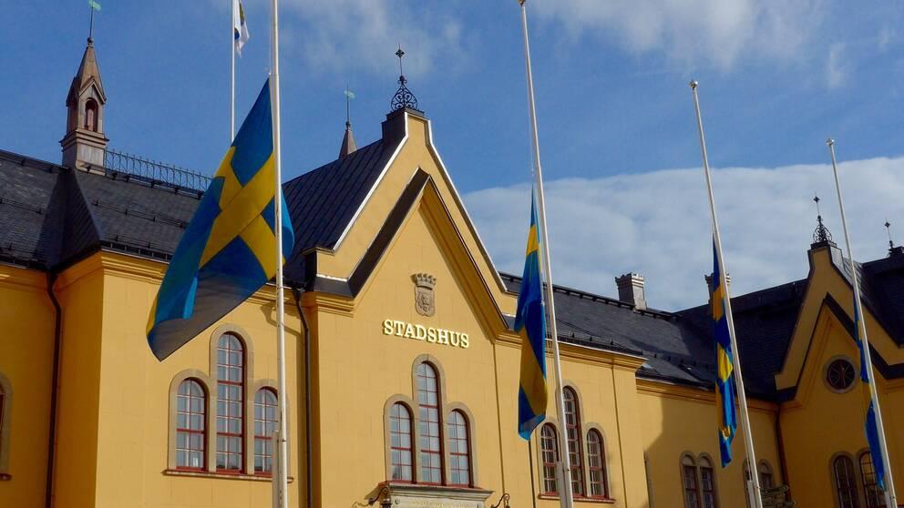 Flaggor på halv stång vid stadshuset i Linköping på lördagen. Dagen efter lastbilsattacken i Stockholm.