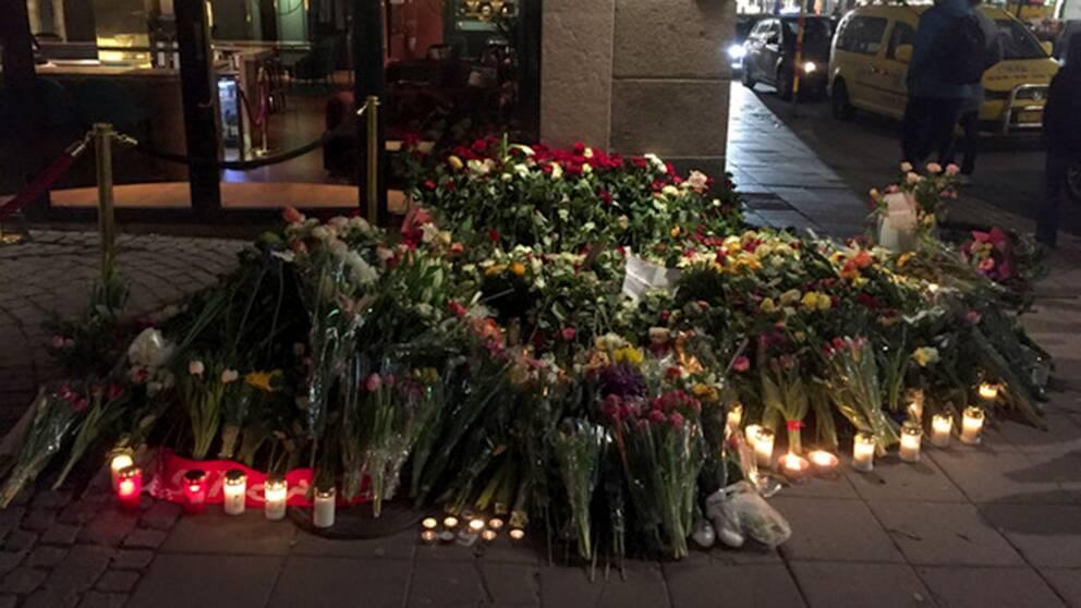 Blommor vid minnesplats