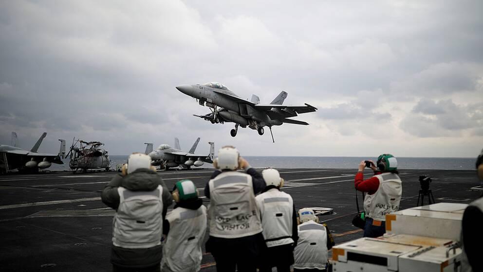 Ett stridsplan landar på det amerikanska hangarfartyget som kommer att förflyttas mot Nordkorea.