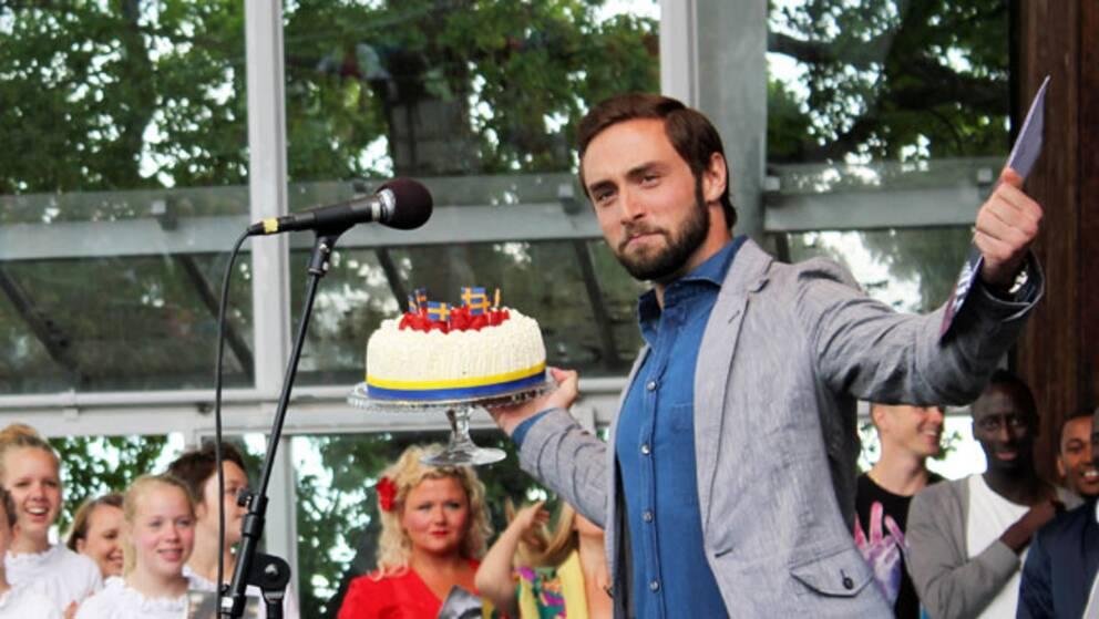Måns Zelmerlöw firade sin födelsedag med att presentera artisterna till årets Allsång på Skansen.