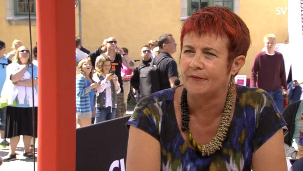 Moderaternas Cecilia Magnusson intervjuas i Kulturnyheternas direktsändning. Foto: SVT