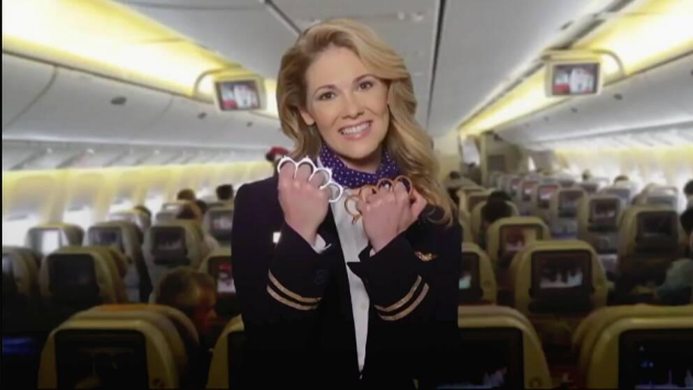 United Airlines flygvärdinna med knogjärn