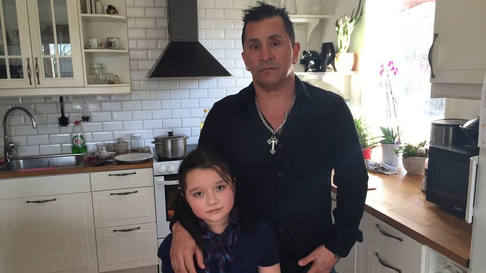Florencia Bahamondes med sin farbror.