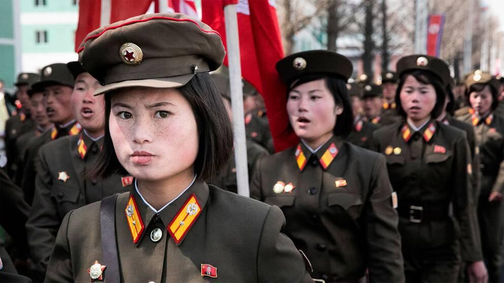 Soldaterna sjunger kampsånger och marscherar längs Ryomoyong street, en nybyggd gata som idag invigdes av Kim Jong-Un.