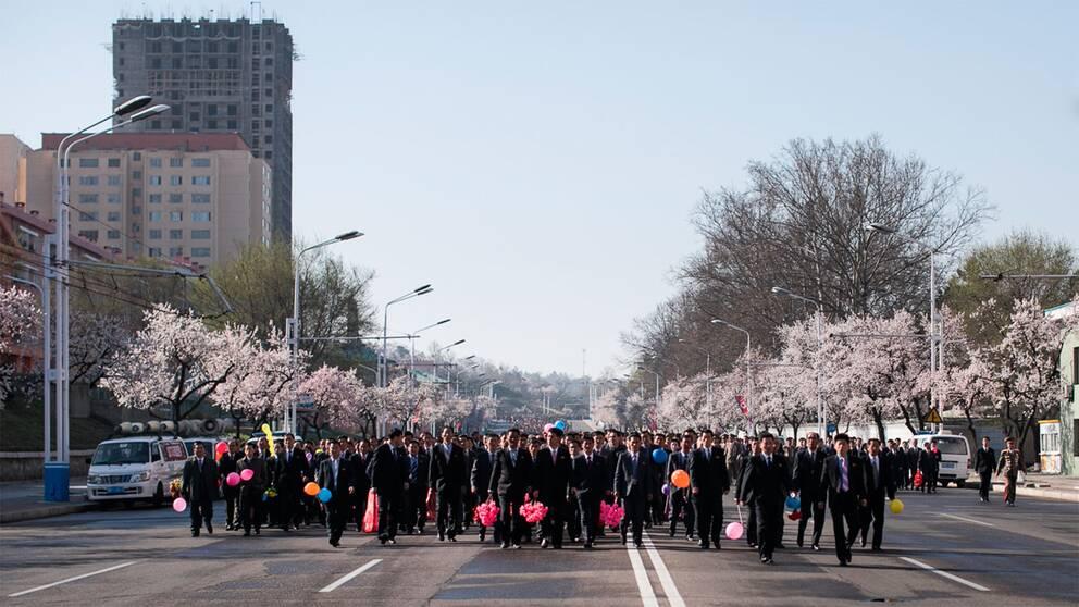 Tiotusentals nordkoreaner fyllde gatorna i Pyongyang inför det samlade pressuppbådet.