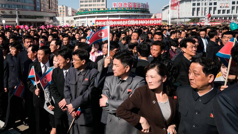 Alla väntade på Kim Jong Un, som kort därefter dök upp till ljudet av öronbedövande skrik och applåder, innan han klippte det röda bandet under invigningsceremonin.