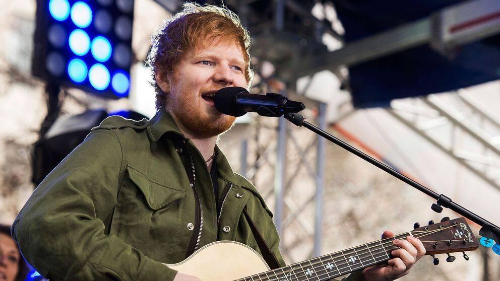 Ed Sheeran spelar gitarr på scen