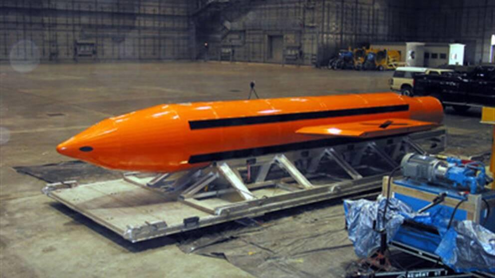 En GBU-43/B görs redo för test i Florida den 11 mars 2003.