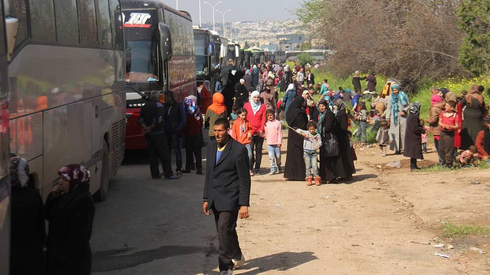 Människor som tidigare evakuerats från byarna Foua och Kefray.