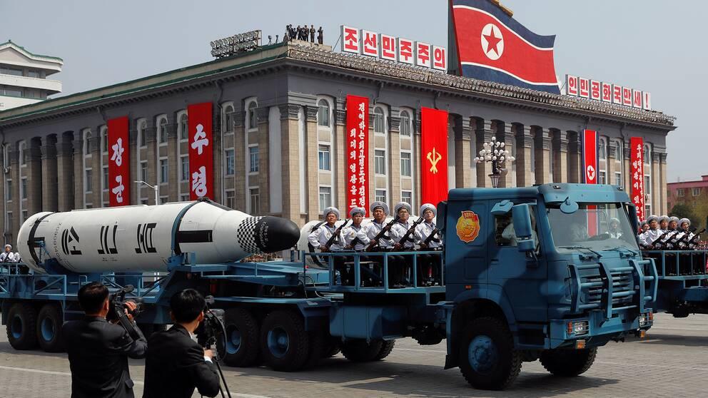 Från en lastbil visades den upp för första gången under paraden i Pyongyang – den ballistiska missil som Nordkorea kan avfyra från ubåtar.