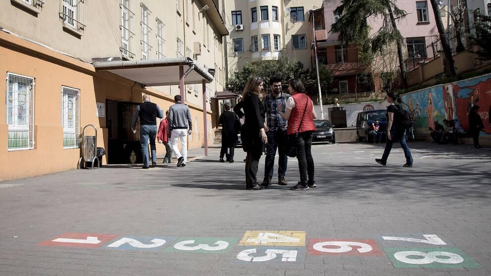 Turkar diskuterar utanför en vallokal i Istanbul