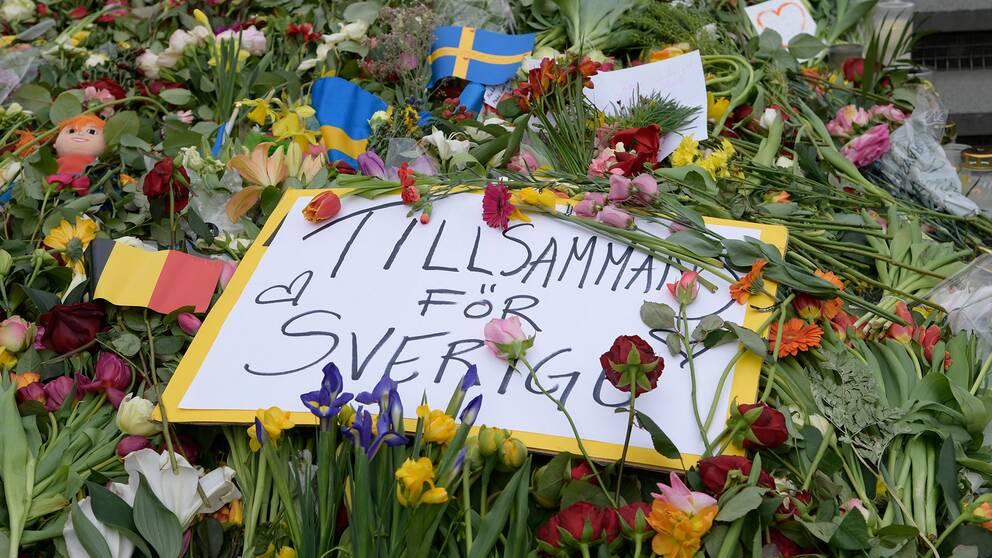 Blommor vid Sergels torg efter terrordådet på Drottninggatan i Stockholm