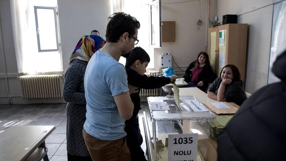 En familj röstar i en vallokal i Istanbul