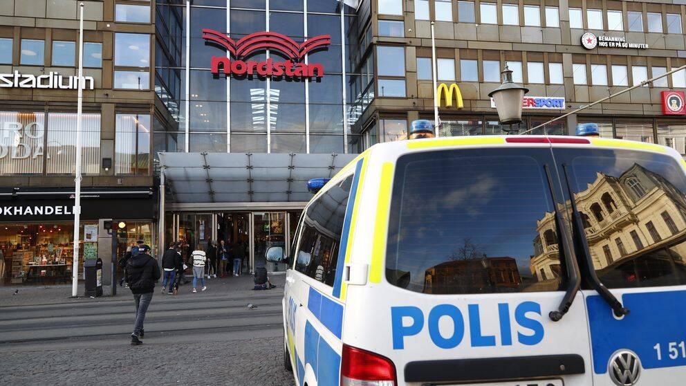 Polisbil utanför Nordstan